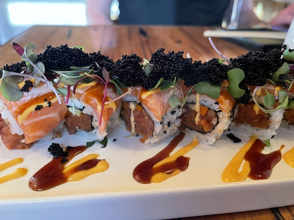 Picture of sushi roll topped with caviar at Sandfish in Palm Springs