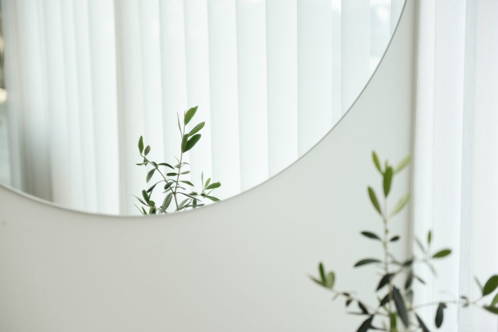 Mirror in room with good feng shui