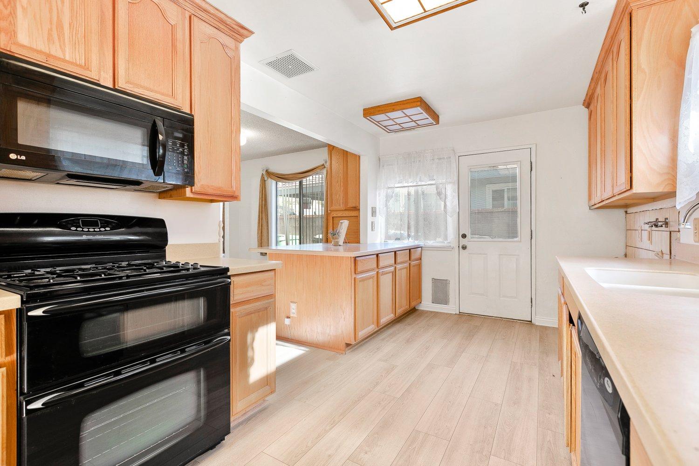 44528 Lostwood Avenue | Large Photo 10